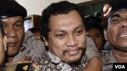 Gayus Tambunan, terdakwa kasus korupsi mafia pajak saat menghadiri sidang vonis penjatuhan hukumannya (foto: dok). Kebijakan pemberian remisi oleh pemerintah dinilai menguntungkan para koruptor.