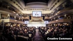 2019年2月15日德意志聯邦共和國聯邦國防部長,慕尼黑安全會議諮詢委員會成員烏爾蘇拉·格特魯德·馮德萊恩在慕尼黑安全會議主會場發表講話(慕尼黑安全會議網站知識共享圖片)