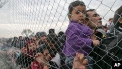 Para pengungsi Suriah antri untuk memasuki perbatasan Macedonia (foto: dok).
