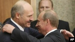 Александр Лукашенко (слева) и Владимир Путин. Архивное фото.