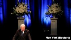 Bivši potpredsednik Džo Bajden na komemoraciji Džonu Mekejnu
