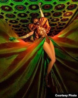 Model, sineas, sekaligus penyanyi, Cheverly Amalia memakai busana karya desainer Diana Putri (dok: Reinhardt Kenneth)