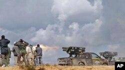 利比亚临时政府武装10月11日在苏尔特与效忠卡扎菲分子作战的前线发射火箭弹