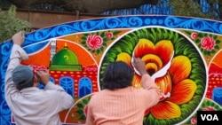 کراچی: ٹرک آرٹسٹ ہیوی لوڈر ٹرک کے اوپری سطح پر نقش و نگار بنارہے ہیں