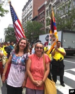 伊扬内洛(右)从华盛顿州来为达赖喇嘛庆生