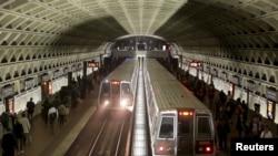 华盛顿地铁列车抵达画廊广场-唐人街站。