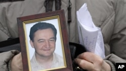 Sergei Magnitsky, pengacara Rusia berusia 37 tahun, meninggal di penjara setelah membeberkan apa yang disebutnya jaringan kejahatan para pejabat yang mencuri 250 juta dolar uang pajak. (Foto: dok). Kejaksaan Rusia meminta pengadilan membatalkan tuduhan atas Dmitry Kratov, mantan pemimpin penjara Moskow terkait kematian Magnitsky, Senin (24/12).