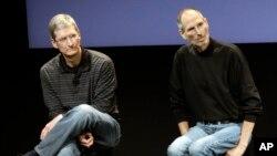 Tim Cook, director ejecutivo de Apple (izq.) y el fallecido co-fundador de Apple, Steve Jobs durante un evento en la sede de la compañía en Cupertino, California.