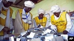 Les membres de la Commission du référendum du Sud-Soudan se préparant au décompte des suffrages, le 16 janvier 2011