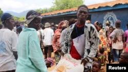 Orang-orang membawa kantung beras dari Program Pangan Sedunia (WFP) di sebuah pusat distribute bantuan di Freetown, Sierra Leone (Foto: dok).
