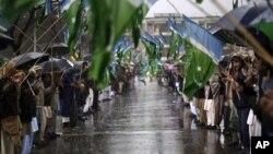 Ủng hộ viên đảng Hồi giáo Jamaat-e-Islami cầu nguyện trong cuộc biểu tình đánh dấu Ngày Đoàn kết Kashmir tại Islamabad, ngày 5/2/2013.