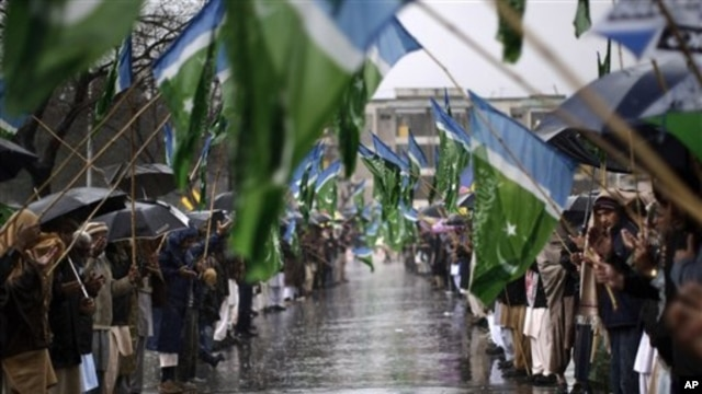 Para pendukung Jamaat-e-Islami mengumandangkan doa bersama dalam peringatan hari solidaritas Kashmir di Islamabad, Pakistan, 5 Februari 2013. (AP Photo/Muhammed Muheisen).