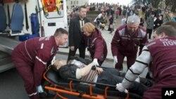白俄罗的救护人员在运送受伤人员