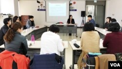 한국의 탈북민 지원단체 '새롭고 하나된 조국을 위한 모임'가 탈북민들을 대상으로 직장생활 역량 강화를 위한 교육을 진행하고 있다.