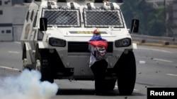 Un manifestante bloquea el paso a un vehículo blindado de la Guardia Nacional Bolivariana durante una protesta el 19 de abril de 2017.
