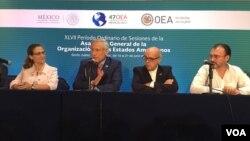 """El canciller mexicano, Luis Videgaray (extremo derecho), dijo más tarde en una conferencia de prensa que """"todos los escenarios están abiertos (...) vamos a evaluar todas las opciones y vamos a actuar en consecuencia"""". [Foto: Mizi Macías, VOA]."""