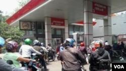 Para pengguna sepeda motor mengantri di sebuah SPBU di kota Bandung untuk membeli BBM jenis premium.