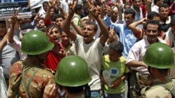 مخالفان دولت صالح در برابر سربازانی که می خواهند معترضان را متفرق کنند - تعز ۳ مه ۲۰۱۱