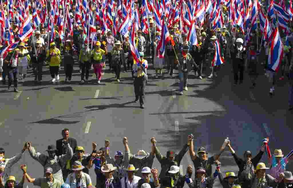 Anti-government protesters march during a rally in Bangkok, Jan. 15, 2014.