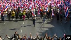 Demonstran anti-pemerintah berunjuk rasa di Bangkok (15/1).