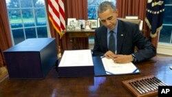Ông Obama nhanh chóng ký ban hành trước khi rời Washington để đi nghỉ lễ ở Hawaii.