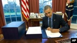 باراک اوباما رئیس جمهوری ایالات متحده در دفتر کار خود در کاخ سفید - آرشیو