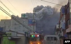 Columnas de humo salen del hospital incendiado en Miryang,Corea del Sur.