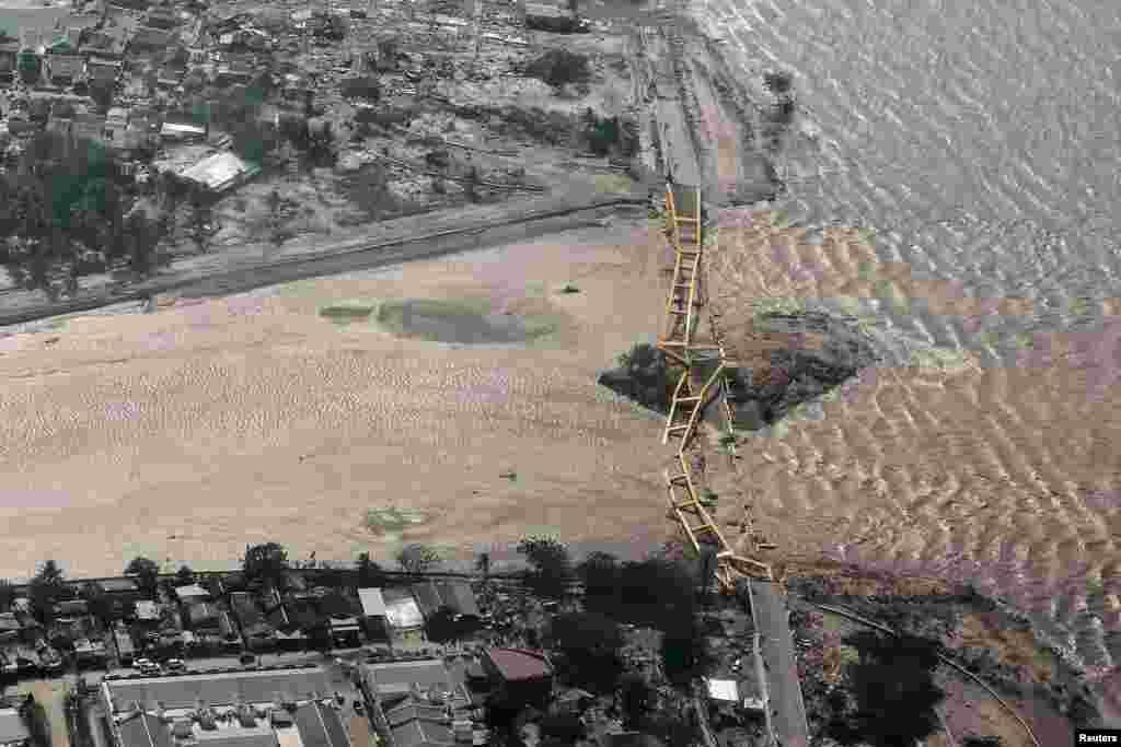 نمایی از بالای شهر ساحلی «پالو» که پل بزرگ شهر در زلزله و سونامی پس از آن تخریب شده است.