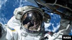باری ویلمور، فضانورد ناسا در حال انجام اولین فضاپیمایی برای آماده کردن جایگاه ورود تاکسی های فضایی به ایستگاه بین المللی فضایی