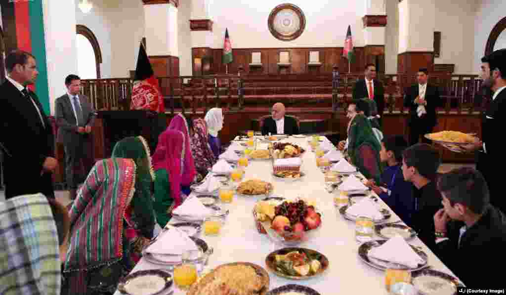 محمد اشرف غنی رئیس جمهور افغانستان در نخستین روز عید از کودکان یتیم در ارگ میزبانی کرد