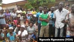 Un groupe de femmes à la paroisse Martyrs de l'Ouganda de Mindouli attendant l'aide humanitaire, le 20 octobre 2016. (VOA/ Ngouela Ngoussou)