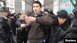 Almatida namoyishchilar hibsga olindi. 15-fevral, 2014-yil.