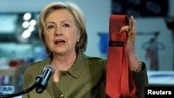 Capres Hillary Clinton menunjukkan dasi Donald Trump buatan China pada kampanye di Denver, Colorado (3/8).
