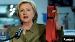 民主黨總統候選人希拉里克林頓2016年8月3日在丹佛競選途中拿起由中國製造冠川普牌子的領帶。