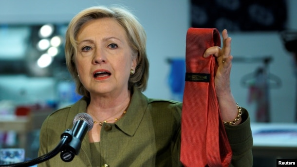 Bà Hillary Clinton cầm một cà vạt mang nhãn hiệu Donald Trump sản xuất tại Trung Quốc, 3/8/2016.