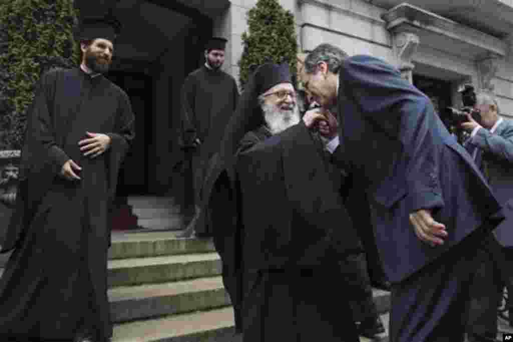 Ο Αρχιεπίσκοπος Αμερικής Δημήτριος καλωσορίζει τον έλληνα Πρωθυπουργό.