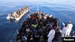 Para migran berhasil diselamatkan dari lepas Pantai Libya, Selasa (15/1).