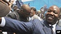 阿里.邦戈在宣布当选总统后向支持者致意