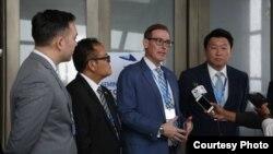 លោក Michael Newbill (កណ្តាល) ភារធារីស្ថានទូតអាមេរិកនៅរាជធានីភ្នំពេញ ថ្លែងទៅកាន់អ្នកសារព័ត៌មាននៅក្នុងសិក្ខាសាលាស្តីពី«អាកាសចរណ៍ និងអនុសញ្ញាទីក្រុង Cape Town» រាជធានីភ្នំពេញ ថ្ងៃទី២២ ខែកុម្ភៈ ឆ្នាំ២០១៩។ (រូបថត៖ US Embassy of Phnom Penh)