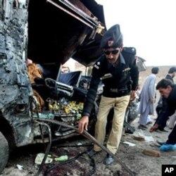 巴基斯坦警方在爆炸後檢查現場汽車殘骸