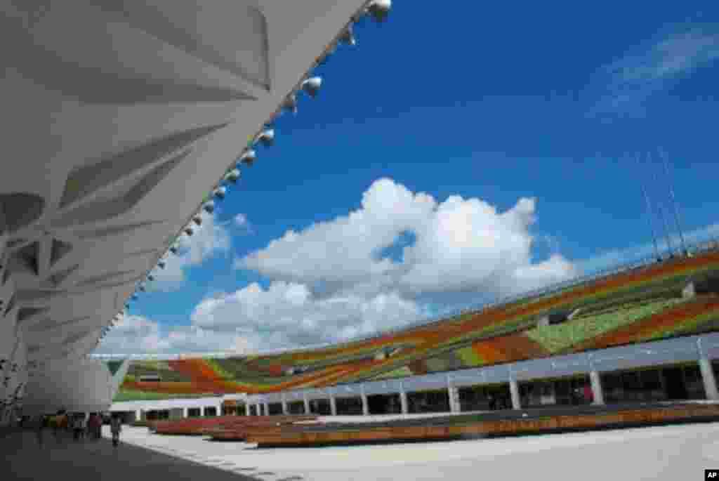 花博爭豔館以21萬盆花卉拼成七道彩虹