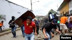 Polisin açdığı atəşdən qaçan etirazçılar, Masaya, Nikaraqua. 19 iyun, 2018