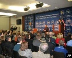 美财长盖特纳在约翰·霍普金斯大学发表演讲