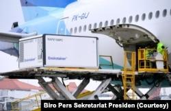 Para petugas sedang menurunkan kargo berisi vaksin Covid-19 yang dikembangkan Sinovac Biotech, perusahaan farmasi asal China, di Bandara Internasional Soekarno-Hatta, Tangerang, Banten, Kamis, 31 Desember 2020. Kargo ini adalah pengiriman kedua vaksin Sin