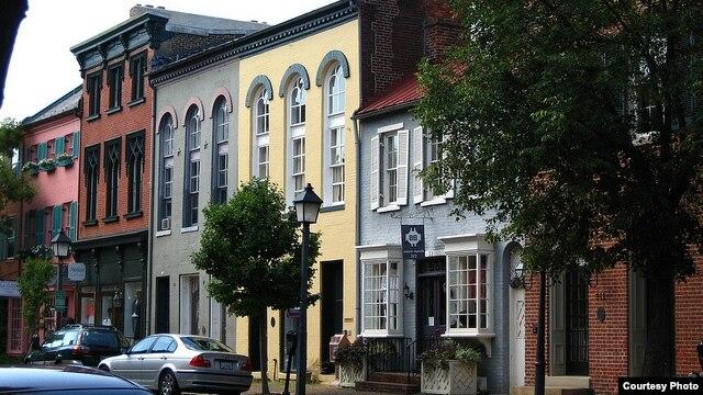 Bên trong các căn nhà với mặt tiền xinh đẹp này của thành phố Alexandria, Virginia, có rất nhiều người đầy năng lực trí tuệ