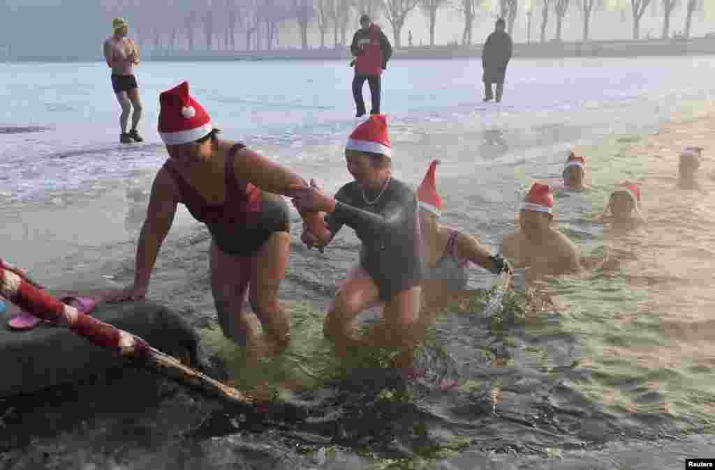 Milad ənənəsi olaraq Şaxta baba buzlu suda çimməlidir - Çin, Liyaoninq vilayəti, 24 dekabr, 2013