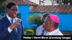 Le vice-Premier ministre et ministre de l'Intérieur, Herni Mova, s'entretient avec Mgr Dieudonné Urungi, et d'autres notables à Bunia, Ituri, 9 mars 2018. (Twitter/Henri Mova)
