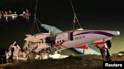 Xác chiếc máy bay được kéo lên bờ sông Cơ Long, ngày 4/2/2015.