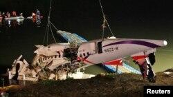 Los restos del avión de TransAsia son recuperados del río Keelung donde cayeron luego de chocar contra un puente en Taipei.