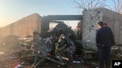 Puing-puing pesawat Ukraina yang mengalami kecelakaan di daerah pinggiran Kota Teheran, Iran, 8 Januari 2020. (Foto: AP)